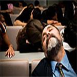 profesor y estudiantes durmiendo en el aula